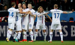 De islandske spillere jubler efter 1-1-scoringen mod Portugal i første runde.