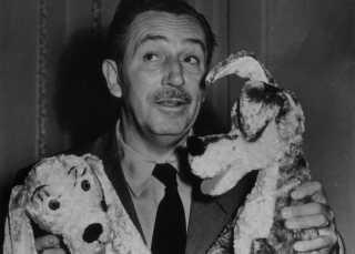 Walt Disney selv med plyssede udgaver af hundene Lady og Vagabonden foreviget i 1949. Først i 1955 fik en film med de to premiere.