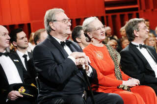 Prins Henrik og Dronning Margrethe deltog i åbningen, hvor de bevægede sig fra studie til studie blandt de i alt 400 minutters musik, som åbningen bød på. Her er de i Studie 4, som især bliver brugt af DR's kor, men som mange også vil kunne genkende fra 'X Factor'-programmerne, da de blev sendt af DR. Til højre er det DR's daværende koncerthuschef Leif Lønsmann, som stod i spidsen for huset frem til efteråret 2018.  Forud for koncerthusåbningen var Prins Henrik protektor for en indsamling, så Koncertsalen i DR Byen kunne få et ekstraordinært løft kvalitetsmæssigt. Den gav 72 millioner kroner, og pengene kom blandt andet fra fonde.