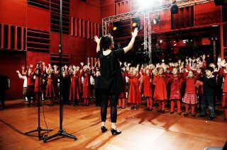 Samtlige DR's kor og orkestre havde en central rolle på  åbningsaftenen, som udover at blive sendt på DR's radio- og TV-kanaler også røg direkte ud til lytterne i Kroatien, Spanien, Letland, Storbritannien, Rumænien, Serbien, Finland, Sverige, Slovenien og Grækenland. I dagene efter sendte yderligere 14 lande åbnings-gallakoncerten. Her er DR Spirekoret i fuld aktion - under ledelse af korskoleleder og dirigent Susanne Wendt.