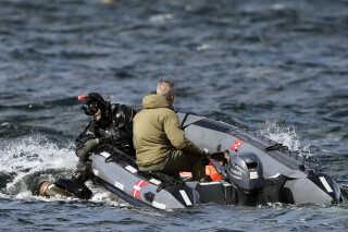 Dykkere har de sidste to uger ledt efter Kim Walls arme og hendes mobiltelefon samt Peter Madsens telefon uden resultat. Politiet overvejer nu, om de skal fortsætte med at dykke.