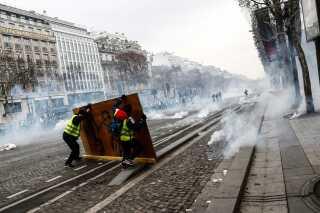 Protesterne begyndte som reaktion på regeringens planer om at forhøje brændstofafgifterne. De planer blev droppet efter forrige weekends voldsomme uroligheder, men det var ikke nok til at sætte en stopper for optøjerne.