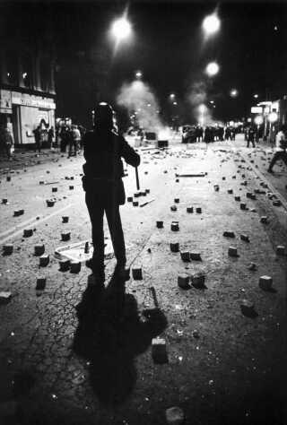 Brosten ligger overalt på Fælledvej, hvor URO-betjente fik ordre på at kaste stenene tilbage mod aktivisterne.