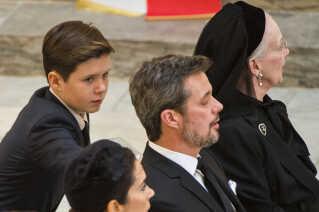 Prins Christian klapper sin far på skulderen under bisættelsen af prins Henrik. Foto: Søren Bidstrup/Scanpix