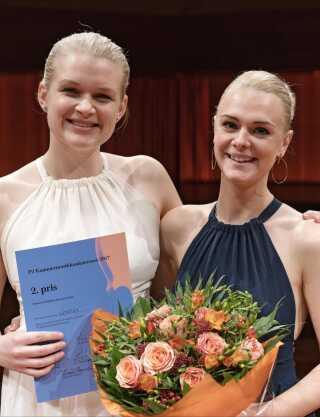 Michaela Hansen og Louise Anine Henriksen med diplom og blomster efter prisoverrækkelsen.