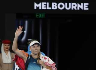 Caroline Wozniacki vinker farvel til publikum i Melbourne.