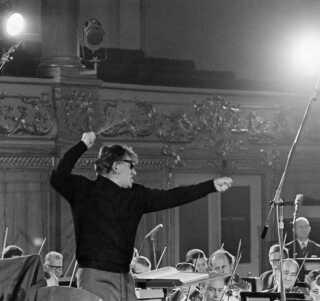 """Leonard Bernstein dirigerer Det Kongelige Kapel ved opførelsen af Carl Nielsens 3. symfoni """"Espansiva"""" i Odd Fellow Palæet maj 1965."""