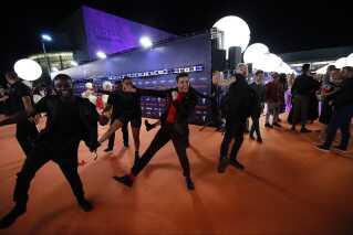 Luca Hänni fra Schweiz leverer en af årets mest energiske sange i form af 'She Got Me' - naturligvis med tilhørende koreografi. Den gav han en smagsprøve på på den orange løber.