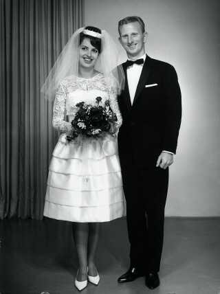 Anden Verdenskrig er næsten glemt og velfærdsdanmark begynder at stikke sit hoved frem. Kjolen er blevet kortere, men må gerne ligne en million, selvom den som her er hjemmesyet. Foto fra 'Bryllup før og nu' fra 1963 med tekst af Palle Fogtdal.