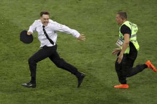 Pyotr Verzilovløb 15. juli ind på banen under VM-finalen i Rusland.