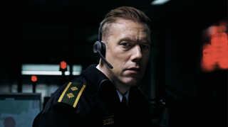 Jacob Cedergren spiller hovedrollen i 'Den skyldige' som politibetjenten Asger Holm, der en aften modtager et dramatisk opkald via alarmcentralen fra en kidnappet kvinde.