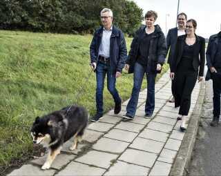 Børne- og socialminister Mai Mercado (K) besøgte i oktober selv botilbuddet Vester Hassing, hvor hun blandt andet gik en tur med beboeren Axel, frivillig Dorte Sletting og hendes hund Zia.