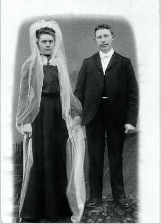 Brudepar fra Vandel 1910. Bemærk brudgommen, der står på en forhøjning for at komme op i højde med sin brud. Fra 'Bryllup før og nu', Forlaget Palle Fogtdal.