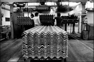 Tagplader med asbest ligger klar til at blive sendt ud fra eternitfabrikken i Aalborg i 1980.