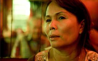 I dag er Sommai pensioneret fra sit job som  fabriksarbejder i Thy. Men når hun er besøger sin landsby i Thailand, er hun kvinden, der kæmpede sig ud af fattigdommen og til en position, hvor hun nu økonomisk hjælper hele landsbyen. Både via egne penge, men også ved at få giftet nogle af landsbyens kvinder med danske mænd. Derfor flokkes de unge piger om hende, når hun er på besøg.