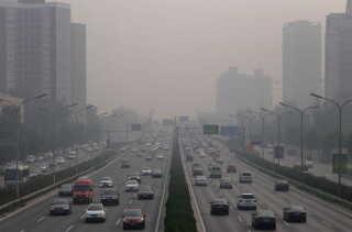 Trafikken i Beijing på en smogfyldt dag i oktober i år.