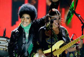 Ida Nielsen og Prince på scenen under Billboard Music Awards i 2013.