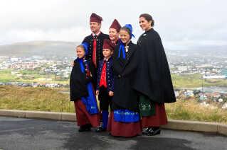 Kronprins Frederik og kronprinsesse Mary med deres fire børn - fra venstre prinsesse Josephine, prins Vincent, prins Christian og prinsesse Isabella med udsigt over Tórshavn.