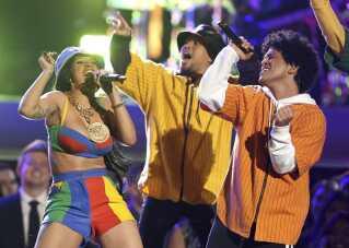 Cardi B på scenen med Bruno Mars ved årets Grammy Awards.
