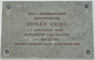 En mindeplade på Mothsgården i Søllerød minder stadig om, hvilke kompositoriske bedrifter, stedet lagde mursten til for 150 år siden