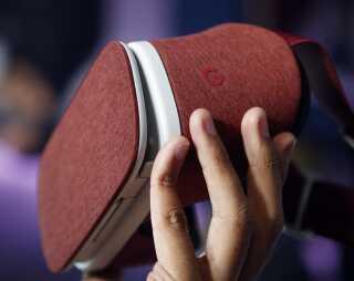 Rød er en af tre farver Googles Daydream VR headset kommer i REUTERS/Beck Diefenbach