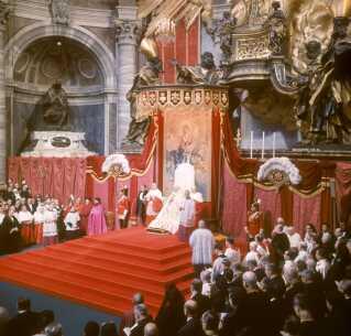 I 1962-63 blev det 2. Vatikankoncil afholdt, og billedet her er taget under en af sessionerne. Resultatet af vatikankoncilet var blandt andet, at den katolske kirke gik ind i den tværkirkelig dialog.