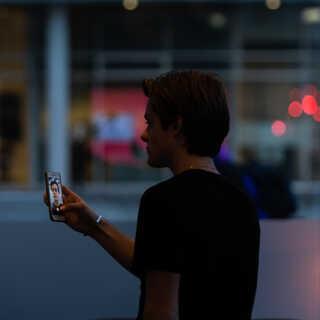 Efter interviews er der også lige tid til at sende en videohilsen til den danske Skam-fanside på Facebook; Kosegruppa DK