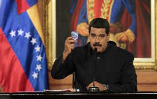 Præsident Maduro i en typisk positur; med forfatningen (i lommeudgave) i hånden meddeler han at han indkalder en forfatningsgivende forsamling. Både regeringen og oppositionen siger, at de har tår på forfatningens grund i konflikten med modparten.