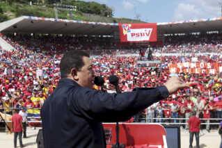 """Afdøde Hugo Chavez til massemøde i det parti, han fik samlet til at stå bag sit politiske projekt - kaldet """"socialismen i det 21. århundrede"""" og den bolivarianske revolution. Betegnelsen trækker på Simon Bolivar, der ledede frigørelse fra det spanske koloniherredømme i starten af 1800-tallet."""