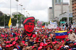 Hugo Chavez døde i 2013, men dyrkes intenst af regeringens tilhængere - og af præsident Nicolas Maduro - der langt fra selv kan mønstre den samme folkelige tilslutning som forgængeren.