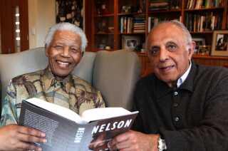 Her ses Nelson Mandela (tv.)  og Ahmed Kathrada (th) sammen i Johannesburg i 2010 i forbindelse med udgivelsen af en bog om Mandela.