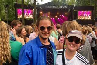 Bertram Nørlem (tv) og Mie Halgren (th) foran Sherwoodscenen på Smukfest.