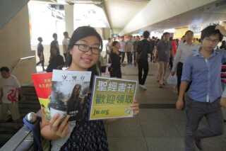 En kvinde deler en kinesisk udgave af Jehovas Vidners magasin 'Vagttårnet' ud i Hongkong.