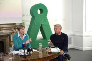 Tidligere gruppeformand Josephine Fock (tv) og partiets formand Uffe Elbæk (Th).