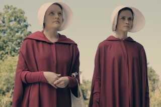 Til venstre ses June, eller Offred, som hendes Gilead-navn er. Hun spilles af skuespiller Elisabeth Moss, der ligesom Bruce Miller også er tv-seriens ledende producer. Til højre ses hendes allierede veninde i Gilead, Ofglen, hvis oprindelige navn er Emily, og som spilles af Alexis Bledel.