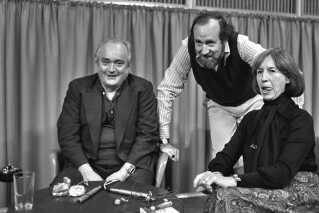 Hver onsdag eftermiddag klokken 15.30 på P1 og søndage klokken 10.30 på P3 sad Simon Spies og Lise Nørgaard klar til at besvare lytternes spørgsmål om livet, og hvad deraf følger, som det hed. Det var en slags forløber til 'Mads & Monopolet', som vi kender i dag, og det var Peer Møller, der var vært for programmerne i 1978.
