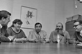 Simon Spies var allerede godt bekendt med 'Spørg bare'-konceptet, som blev lanceret i radioen i 1969 og blev sendt med jævne mellemrum helt frem til 1999. I 1969 - hvor dette billede er fra - var det Erhard Jakobsen, Cleo, John Price og Simon Spies, der sad i panelet ved starten, mens Kaj Bruun (yderst til højre) var vært.