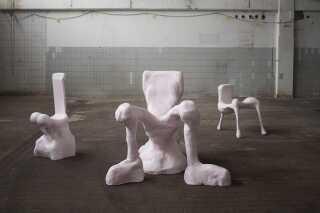 Her ses tre af Anna Aagaard Jensens skulpturelle stole.