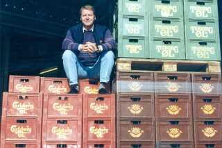 Det ser voldsomt ud, men der er nu en forklaring på de mange ølkasser. I 1995 var Ole Thisted vært i 'Nyhedsmagasinet' om alkohol.