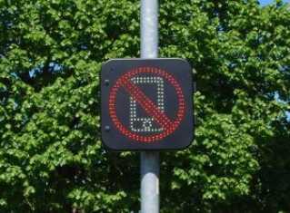 Skiltet blinker, hvis det opdager en bil, hvor nogen bruger mobiltelefonen.