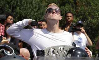 """En deltager i marchen """"Unite the Right"""" gestikulerer af moddemonstranter i Charlottesville."""