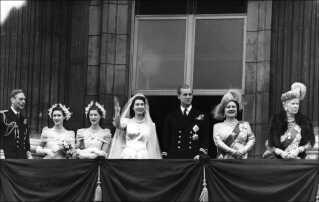 Sådan så det ud på Buckingham Palace i London, da dronning Elizabeth i 1947 mødte folket efter at være blevet gift med prins Phillip.