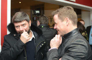 Til højre ses Thomas Kastrup-Larsen (S), der er borgmester i Aalborg Kommune. Her står han til gallapremieren i Nibe sammen med Carsten Holst fra Den Vestdanske Filmpulje.