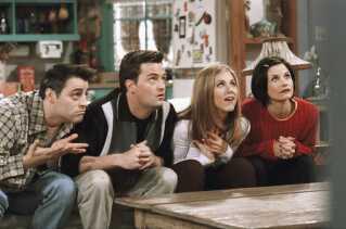 'Venner' kan ses igen og igen - fordi den er mega sjov og underholdende, men også fordi, den har fået en kultstatus blandt unge, der gør den interessant, lyder det fra flere unge fans. Her er det karakterne (fra venstre) Joey, Chandler, Rachel og Monica.