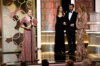 Claire Foy modtager prisen for bedste skuespillerinde en tv-serie.