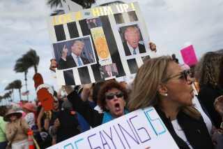 Der var protester på gaden nær Donald Trumps hjem i Florida.