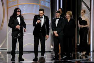 Tommy Wiseau (t.v.) lykønsker James Franco, efter Franco vandt en Golden Globe for bedste skuespiller ved årets prisuddeling.