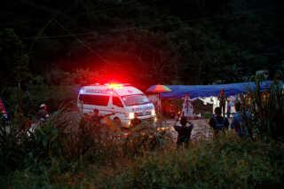 En ambulance forlader Tham Luang-grotten.