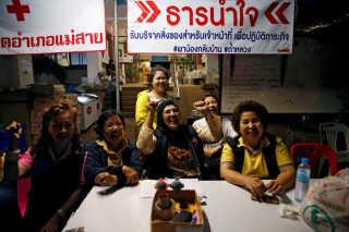 Glæde og begejstring blandt de frivillige i pressestanden nær Tham Luang-grotten her til aften lokal tid.
