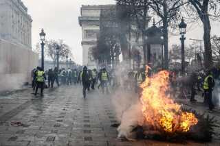Politiet vurderer, at der var 10.000 demonstranter på gaden i Paris, og fremmødet var dermed mindre end forrige weekend, hvor 'De gule veste' også protesterede.